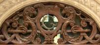 Détail de la porte principale de l'hôtel Bergé